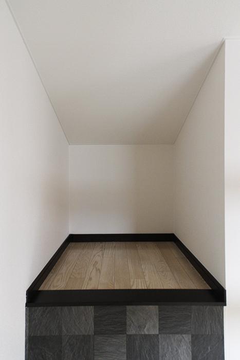 ロフトへのハシゴ階段から振り向くと、収納スペース!_MG_9316s