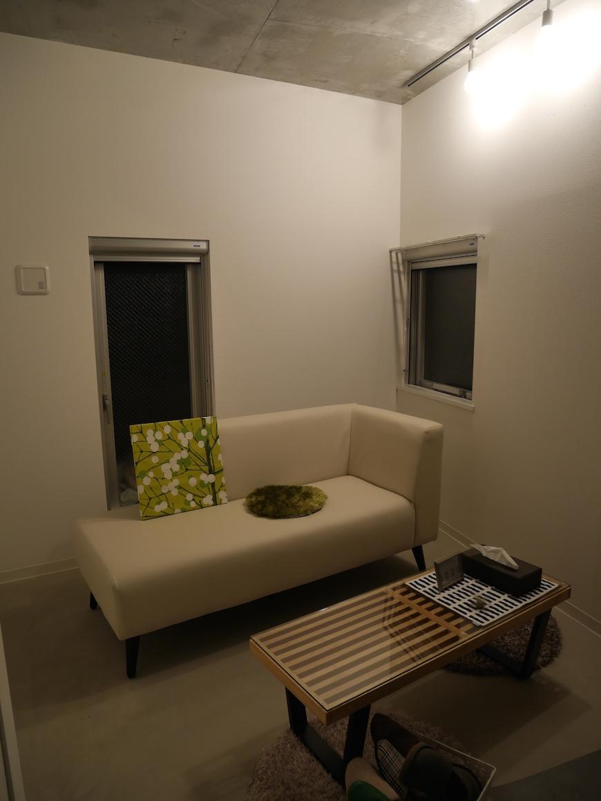 1階玄関近くの洋室スペース_P1000294