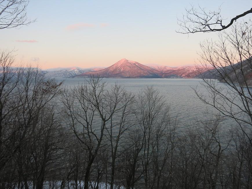 湖の向こうにそびえるのは恵庭岳_IMG_4016