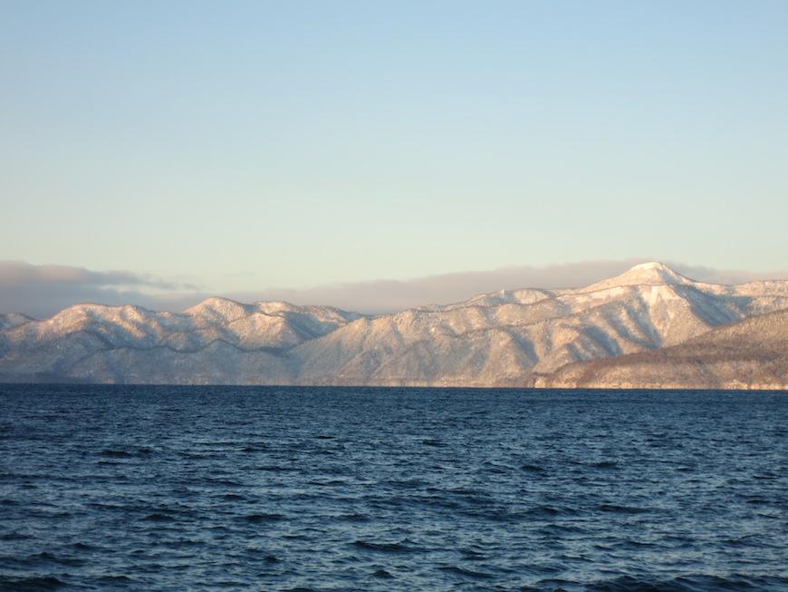 支笏湖の湖面の向こうに連なる山々はとても美しい_IMG_4040