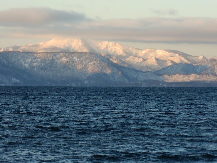 支笏湖とそびえる雪化粧の山々_IMG_4043