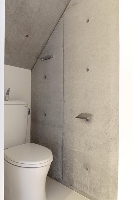 階段下スペースにあるトイレです。こちらもコンクリート打ちっぱなしです_MG_2066