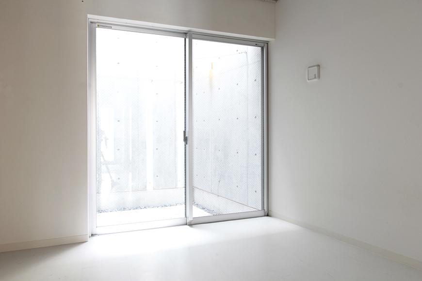 テラスからの光が眩い、一階奥の洋室です_MG_2068