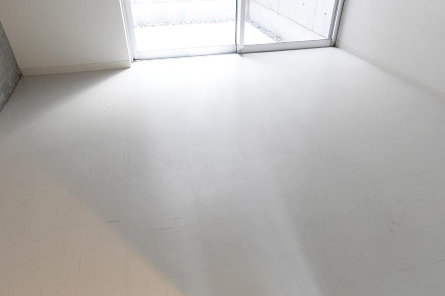 テラスからの光が眩い、一階奥の洋室です_MG_2071