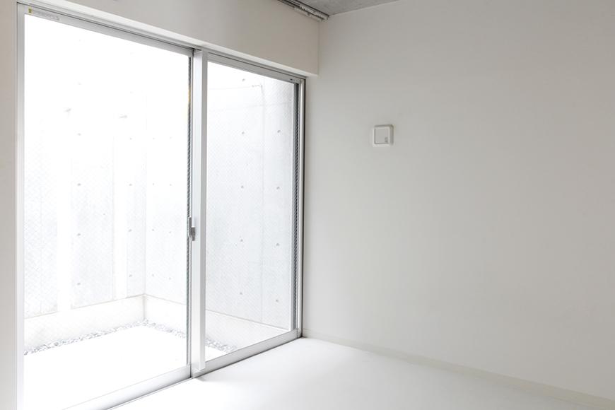 テラスからの光が眩い、一階奥の洋室です_MG_2073