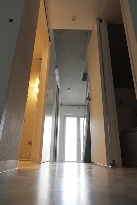 一階奥の洋室から玄関への眺めです_MG_2100