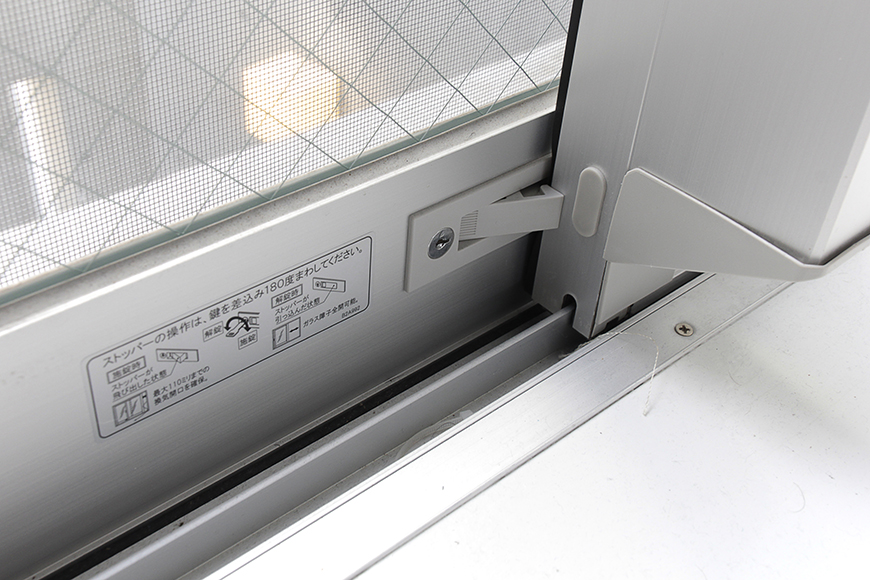 吹き抜けのテラスの二階部分の窓は、安全面を考慮し、シッカリとストッパーがあります_MG_2183