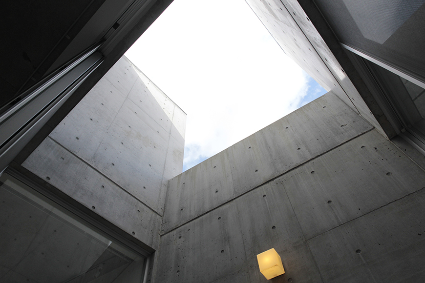 二階の吹き抜けの中庭・テラスです_MG_2204