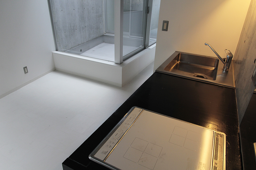 ダイニング・キッチンの向こうには、二階からの吹き抜け中庭テラス!_MG_2273