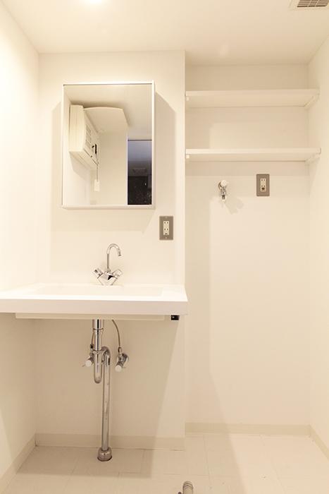 スタイリッシュな独立洗面台、室内洗濯機置き場です_MG_2361