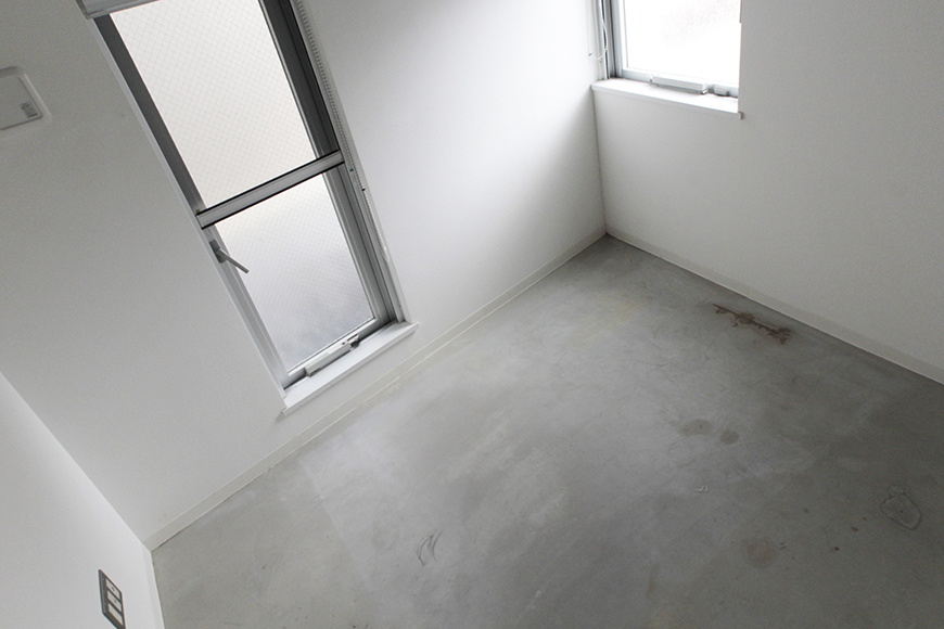 玄関入ってすぐの洋室です。無駄な装飾、収納など一切ない、クールでスタイリッシュな内装です_MG_2373