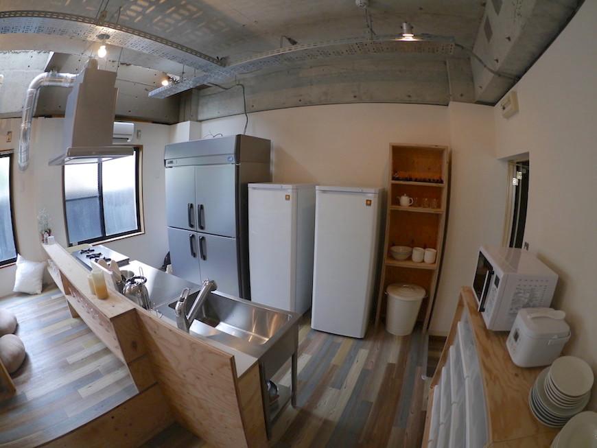 D-FLAT志賀本通 住人たちが集まるダイニングキッチン 大きな冷蔵庫