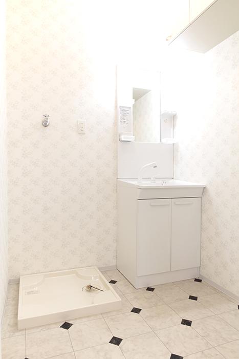独立洗面台と室内洗濯機置き場です_MG_3336