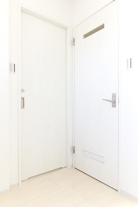 左手のドアは洗面・バスルーム、右手のドアはトイレです_MG_3348