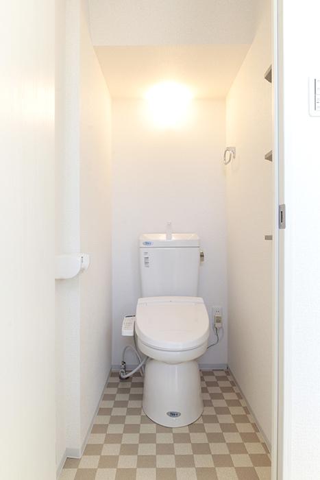 スッキリとした内装のトイレ(温水洗浄便座)です_MG_3351