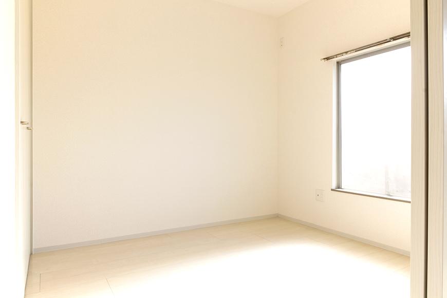 洋室(4.5)帖です。窓からシッカリと光を取りこんで、明るいお部屋!_MG_3383