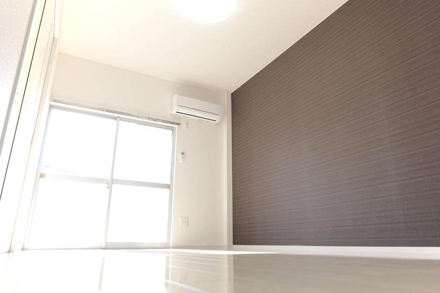 シックな茶系の壁紙クロスがオトナな感じ!落ち着く空間を彩っております☆_MG_3414
