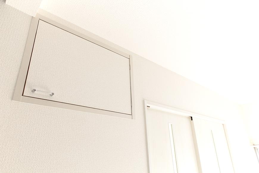 LDKの壁、頭上にちょっとした押入れ収納あります_MG_3425