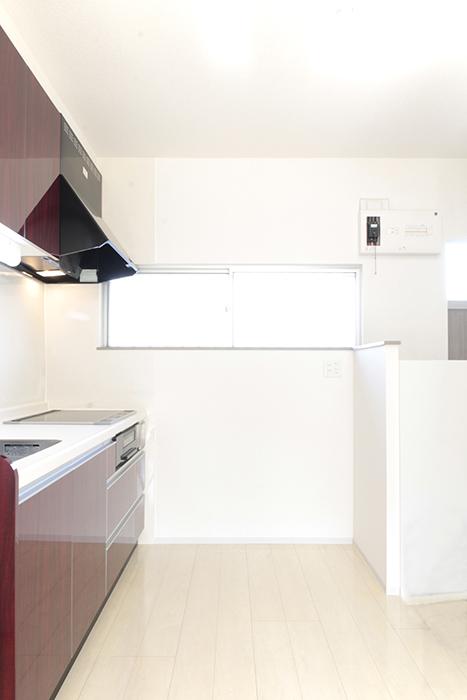 窓からの光で明るいキッチンです_MG_3469