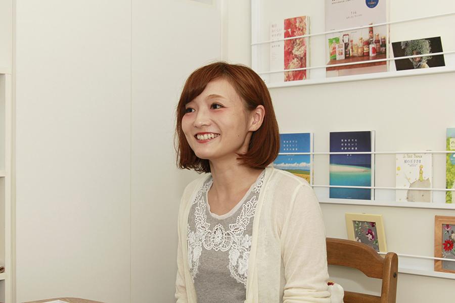 笑顔でお客さまにとっての魅力を語ってくれた黒須理恵子さん_MG_9591