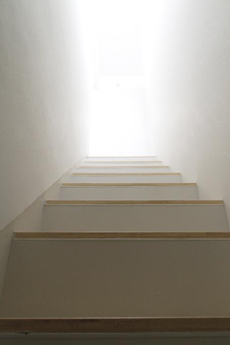 お部屋の中の階段を上って、、、約20帖のLDKから参りましょう!_MG_0046