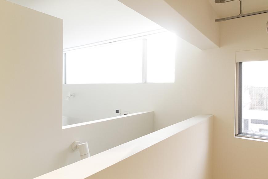 この洋室の窓だけではなく、キッチン頭上の窓もあり、オープンで明るいスペースになっております!_MG_0052