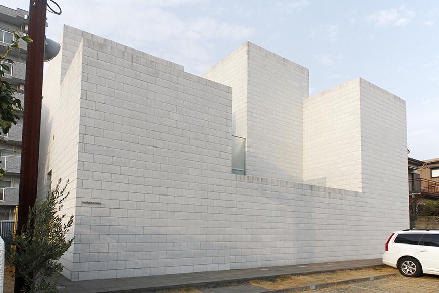 閑静な住宅街の中をゆるゆると歩いて行くと、ふと浮かび上がる白い立方体_MG_0079