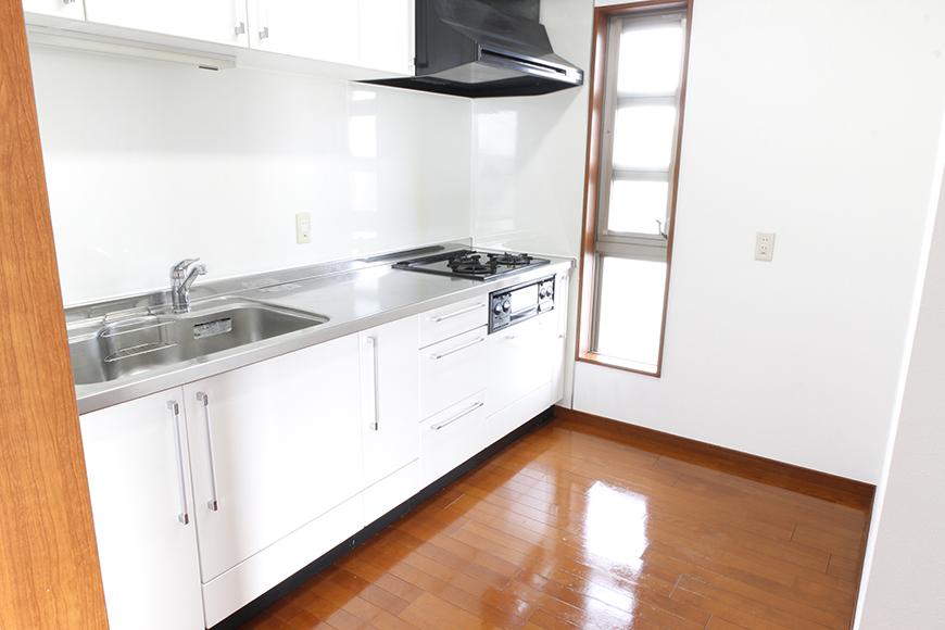 システムキッチンで3口のコンロ、大型レンジフード、そして縦長の窓で明るいキッチンです_MG_0512