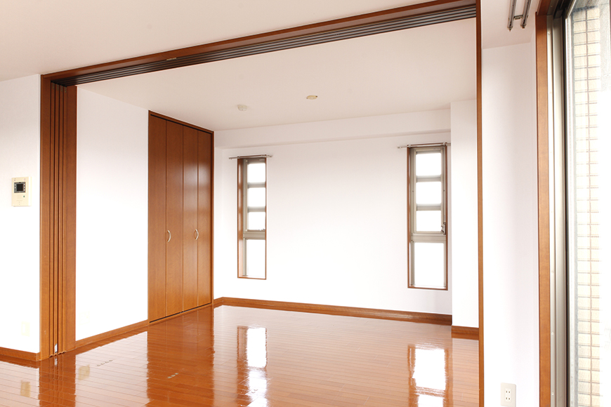 リビングと洋室の間には、仕切りの四枚の可動扉があります_MG_0605