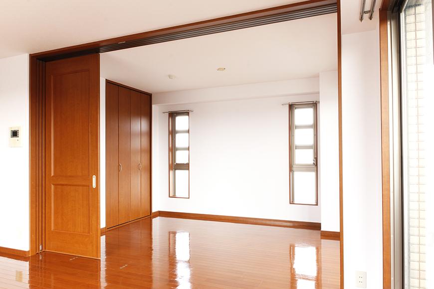 リビングと洋室の間には、仕切りの四枚の可動扉があります(1枚目)_MG_0606