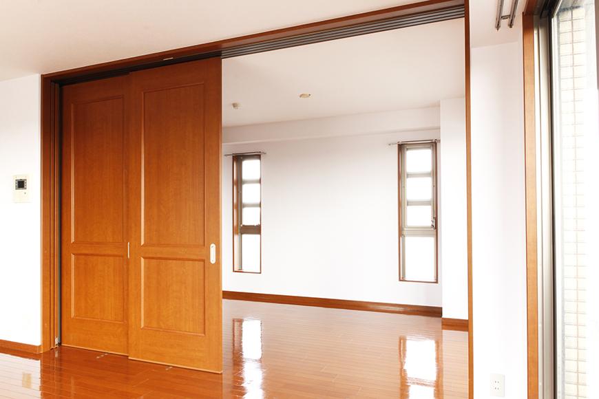 リビングと洋室の間には、仕切りの四枚の可動扉があります(2枚目)_MG_0607
