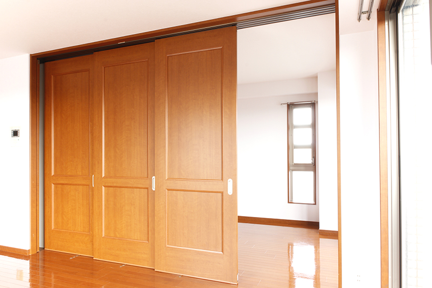 リビングと洋室の間には、仕切りの四枚の可動扉があります(3枚目)_MG_0608