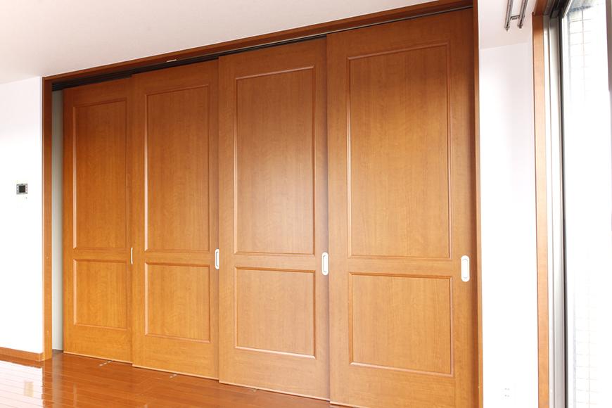 リビングと洋室の間には、仕切りの四枚の可動扉があります(4枚目)_MG_0609
