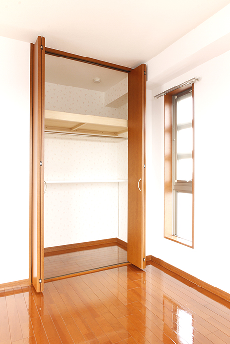 こちらの洋室には天井までの大きな収納あります!_MG_0618