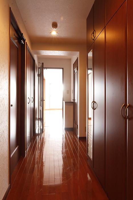 ちょっと戻って、高級感溢れる玄関です。そして廊下の左右には収納たっぷりです!_MG_0706