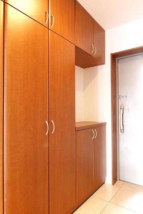 重厚な扉からの、この玄関。いきなり天井までの収納+シューズボックス_MG_0715