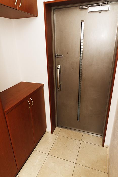 重厚な扉の玄関と、シューズボックス・頭上の収納です_MG_0734