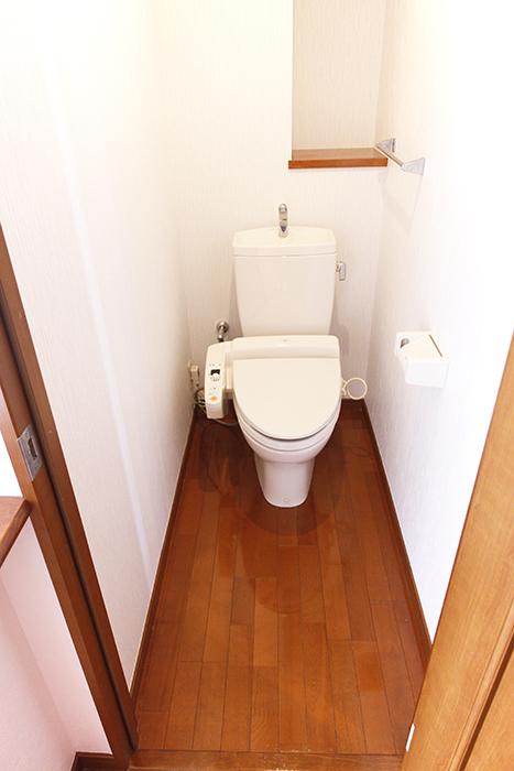 左の扉を開けると、廊下からフラットにつながるトイレです_MG_0791