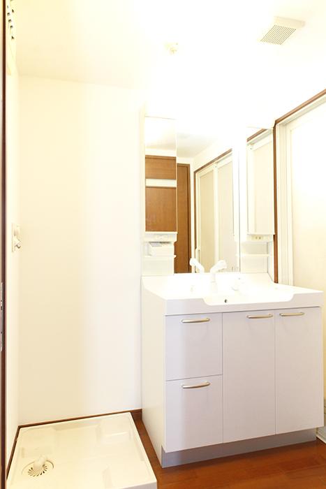 スッキリ・キレイな独立洗面台と室内洗濯機置き場です_MG_0803