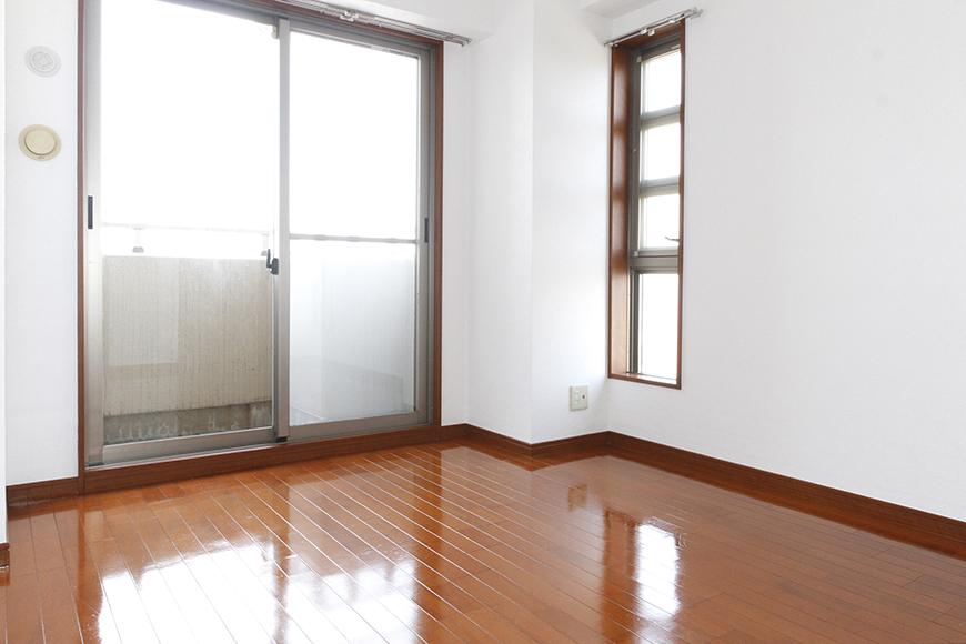 玄関から入って左手すぐにある洋室です。2面の窓でとっても明るい!_MG_0899