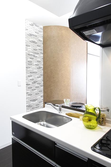 キッチンから見える、アールのついた壁_MG_4500