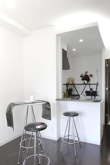 キッチン・カウンター前のスペースに、背の高めのテーブルとイスをセッティング_MG_4513