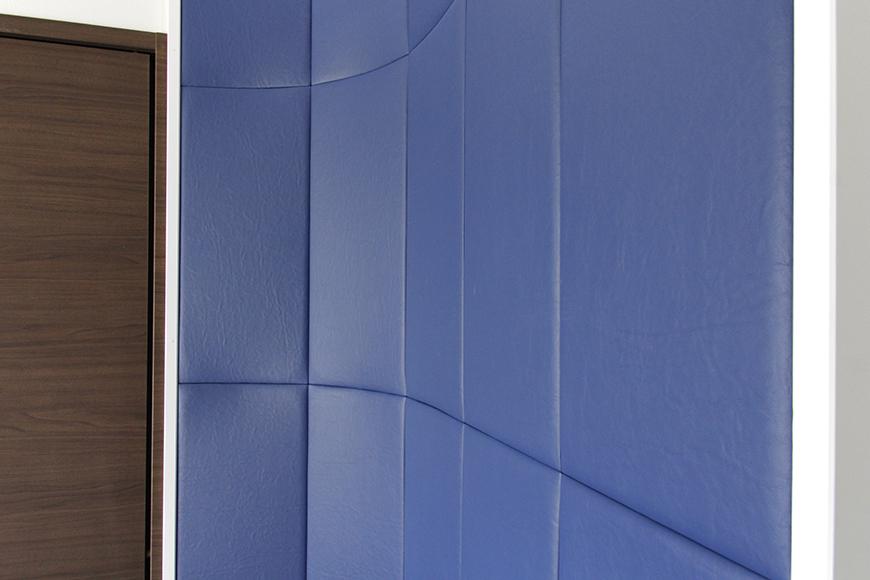 ベッド頭上のこの青い壁は【布団張り】と呼ばれるもので、普通の賃貸マンションにはまずありません!_MG_4605