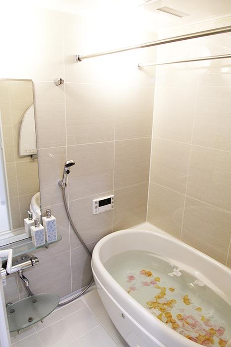 落ち着くバスルームの中には、タマゴ型でキュートな丸いバスタブ!_MG_4859