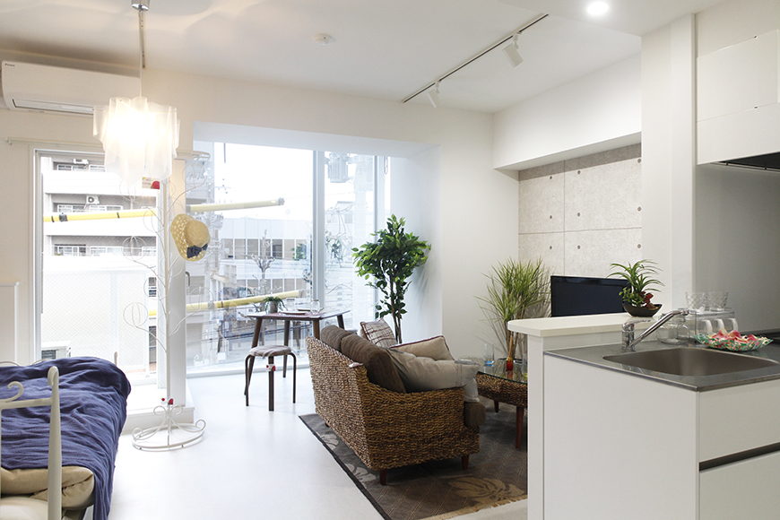左手から寝室スペース、中央にリビング、右手にキッチン_MG_4869