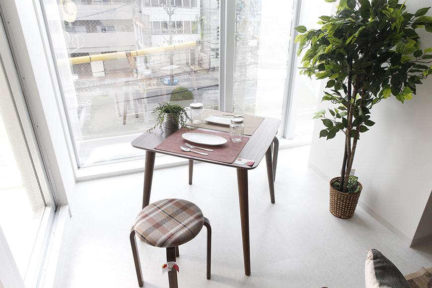 窓のそばにテーブルとイスを置いて、  ちょっとしたカフェ気分!_MG_4908