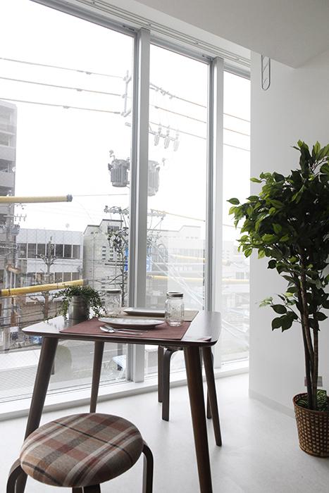 窓のそばにテーブルとイスを置いて、  ちょっとしたカフェ気分!_MG_4926