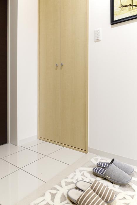 玄関には、使い方自由自在な縦長の収納_MG_4968