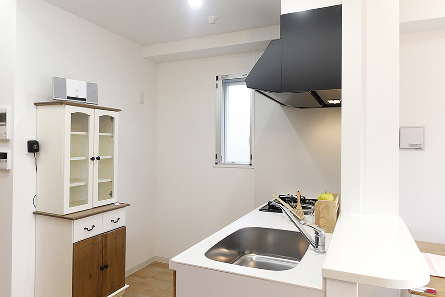 キッチンは広くスペースがとられていて、とっても動きやすくて快適!窓もあって明るい☆_MG_5034
