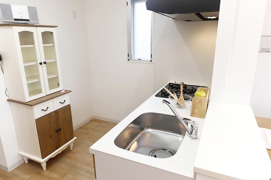 キッチンは広くスペースがとられていて、とっても動きやすくて快適!窓もあって明るい☆_MG_5035